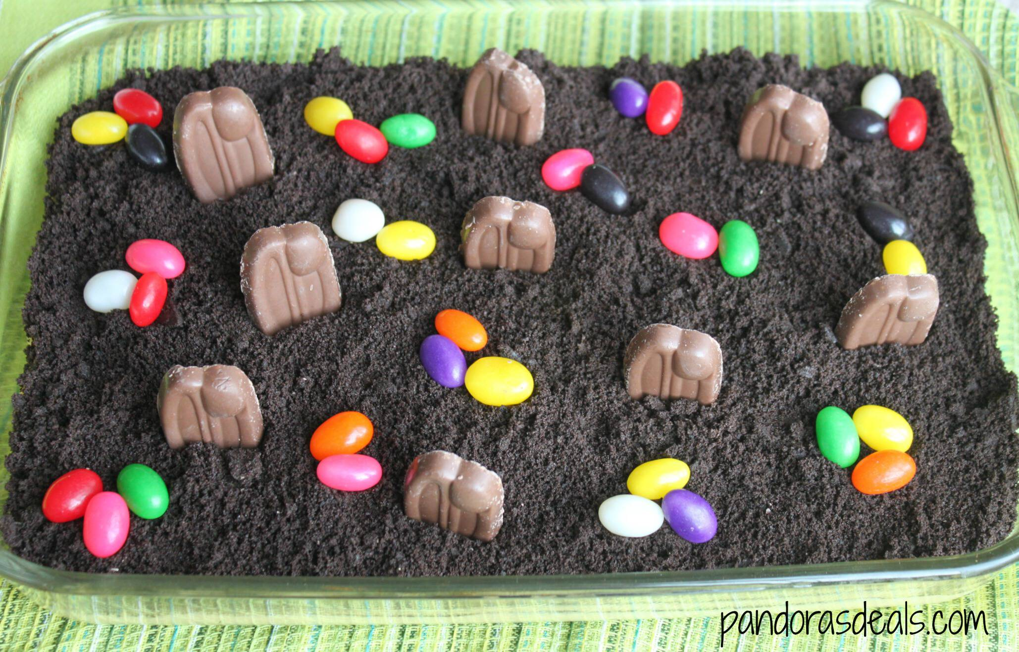 Easter is coming! This adorable Easter Bunny Patch is a super simple Easter dessert that the kids can help you make. Like dirt pudding, Easter style!